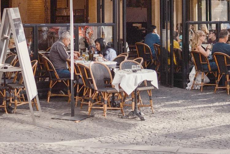 Tavolini di un ristorante sul suolo pubblico