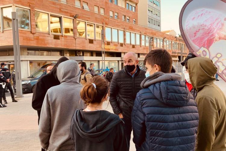 Il Sindaco che parla con i giovani in piazza Attias