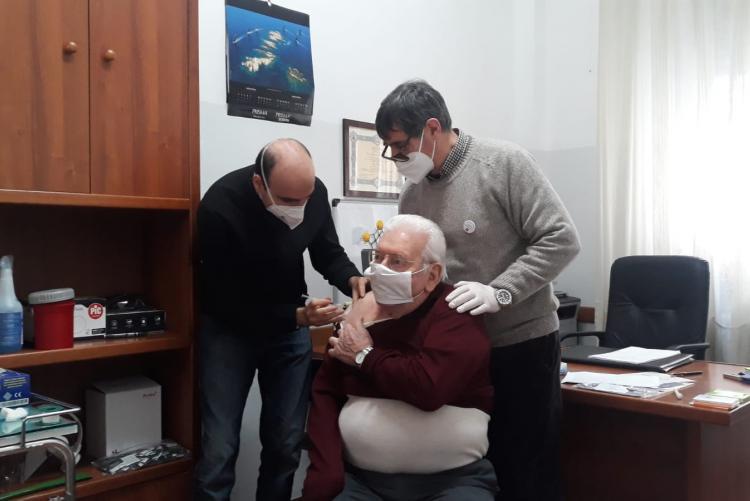 La vaccinazione ad un anziano