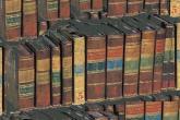 Collage di libri sovrapposti gli uni agli altri