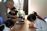 Bambini nell'aula scientifica