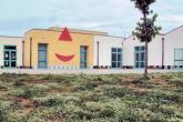 scuola primaria statale natali: l'edificio visto dal giardino